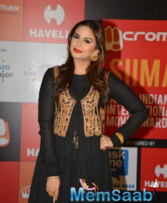 Huma Qureshi In Black Dress With Red Lippy On Day 2 Of Micromax SIIMA Awards 2014