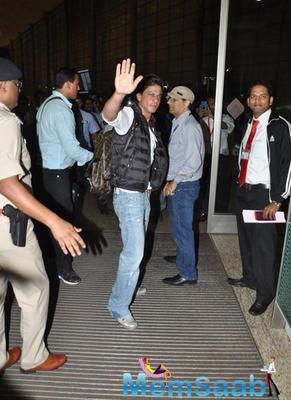 Shahrukh Khan Waves To The Fans At Mumbai International Airport