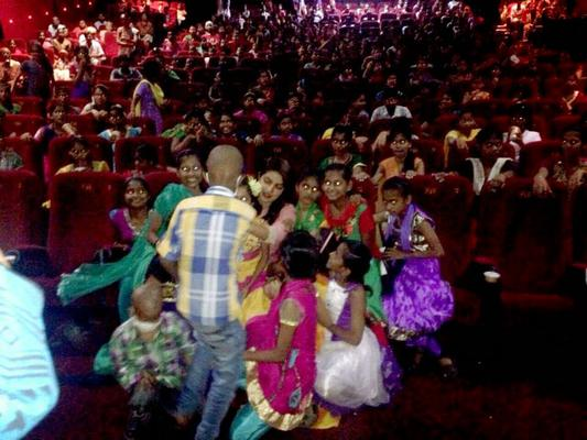 Priyanka Pose With Cancer Patients During The Special Screening Of Mary Kom