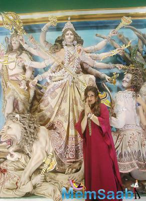 Raveena Tandon Seek Blessing In Front Of The Deity At Durga Puja Pandal In Kolkata