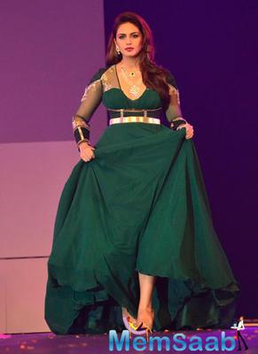 Bollywood Divas On Ramp At IBJA Awards 2014