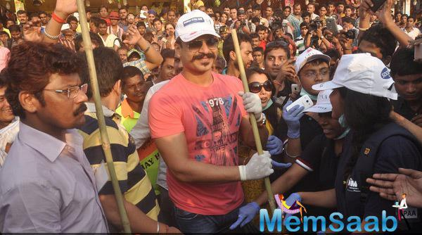 Vivek Oberoi Sporting Pink T-Shirt And Blue Jeans During CPAA Cleanliness Drive Event