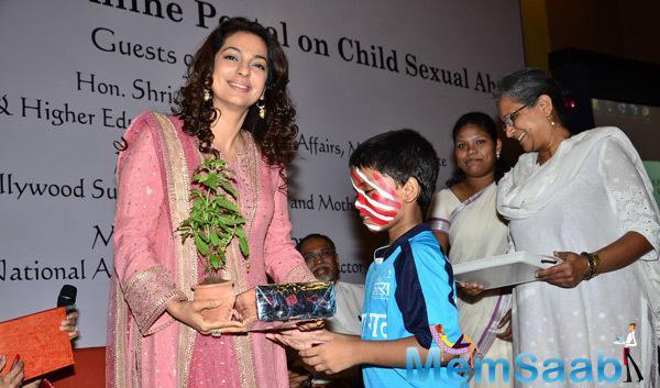 Juhi Chawla Distributing Prize At Aarambh India Launch Event