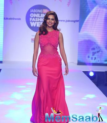Esha Gupta Gorgeous Look On Ramp During Jabong Online Fashion Week 2015
