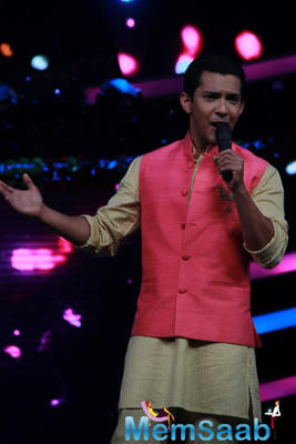 Aditya Narayan Welcome Ayushmann And Anu Malik On The Sets Of Sa Re Ga Ma Pa Lil Champs