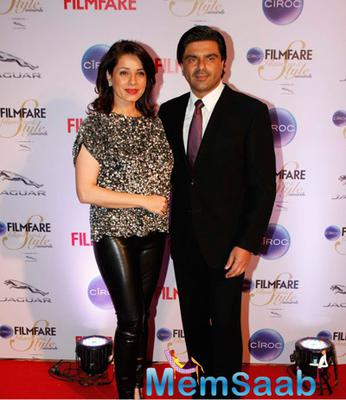 Neelam Kothari and Hubby Samir Soni Posed At The Ciroc Filmfare Glamour And Style Awards 2015
