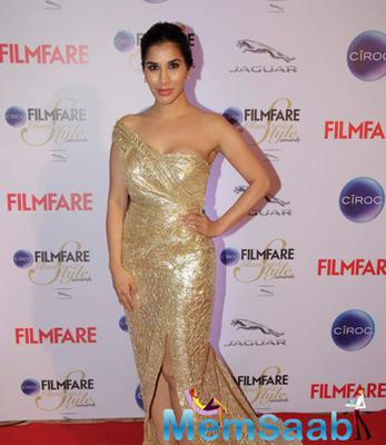 Sophie Choudry In Golden Dress Dazzled At The Ciroc Filmfare Glamour And Style Awards 2015