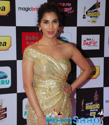 Sophie Choudry In Golden Dress Stunning Look At The 7th Mirchi Music Awards 2015