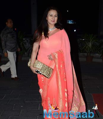 Poonam Dhillon Stunning Look In Saree At Tulsi Kumar And Hitesh Wedding Reception
