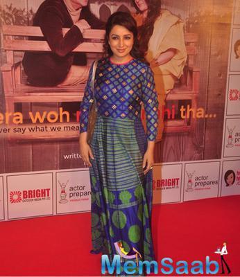 Tisca Chopra Cool Pose At The Premiere Of Anupam Kher New Play Mera Who Matlab Nahi Tha