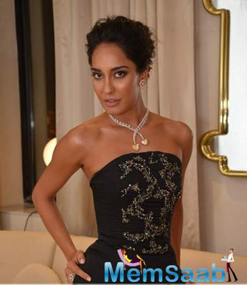 Lisa Haydon Strikes A Hot Pose During Jewellery Store Launch Of Nirav Modi