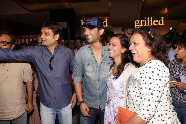 Sushant Singh Rajput Posed With Fans During Detective Byomkesh Bakshy Show At PVR Cinemas