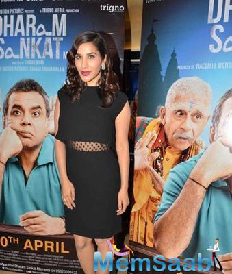 Sophie Choudry In Black Dress Nice Look At The Premiere Of Film Dharam Sankat Mein