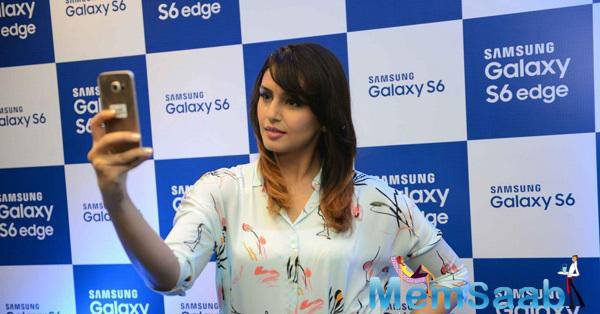 Huma Qureshi Clicked A Selfie During Smartphone Samsung Galaxy S6 Launch