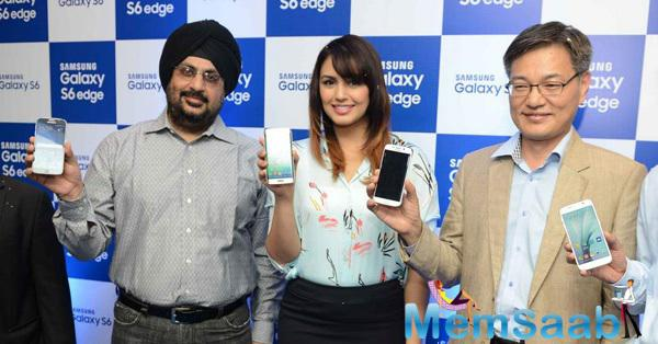 Huma Qureshi Launches Samsung Galaxy S6