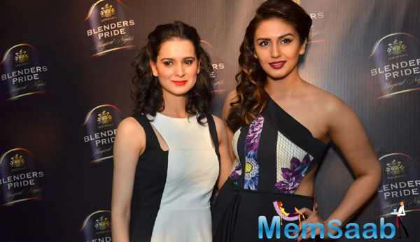Huma Qureshi Posed With Designer Nitya Bajaj At Blenders Pride Show 2015
