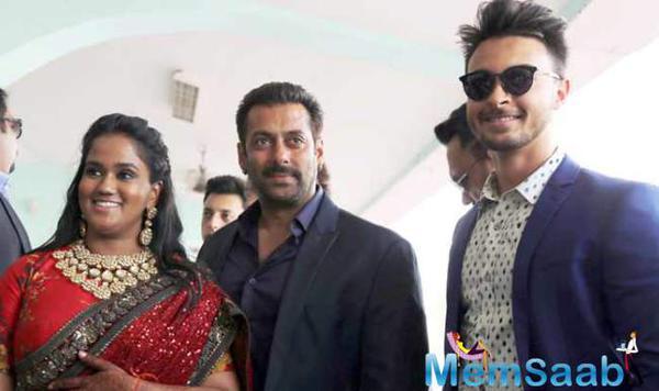 Salman Attends Arpita's Wedding Reception