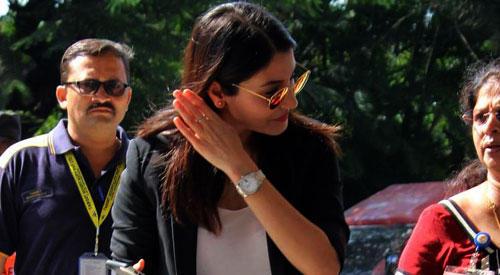 Anushka Sharma Spotted At Mumbai Airport Photos