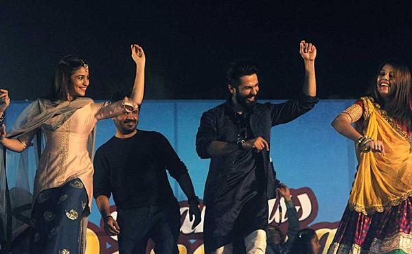Shahid And Alia Promotes Shaandaar At Falguni Pathak Dandiya Celebrations