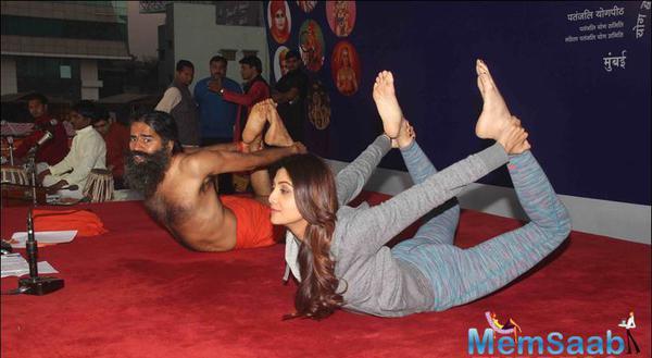 Shilpa And Baba Ramdev Hilarious Yoga Session In Mumbai