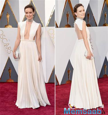 Now that's a worthwhile fashion risk! Olivia Wilde stuns a bold choker and low-cut white gown.