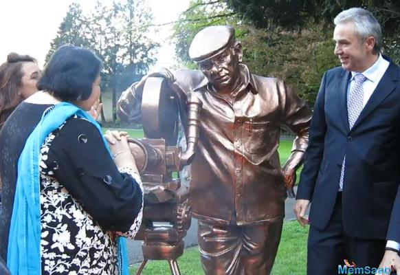 The statue was inaugurated by his wife .The bronze statue of the late filmmaker, which weighs about 250 kilos