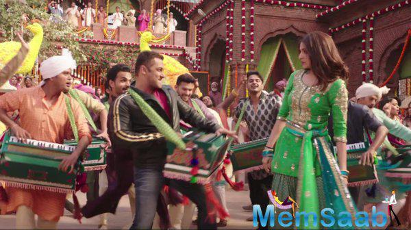Salman and Anushka's desi dance is sure to set a new trend now. The song is crooned by Vishal Dadlani, Ishita, Shalmali Kholgade and Badshah.