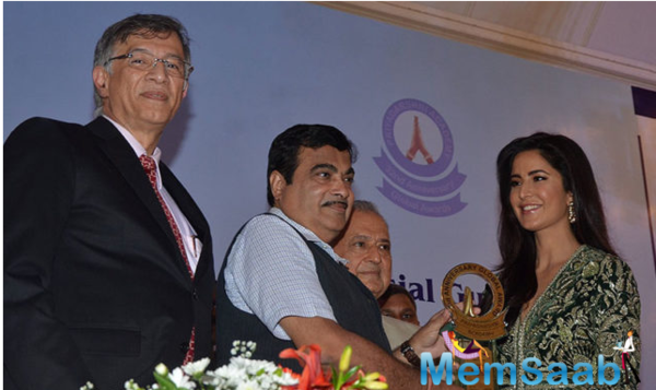 Katrina Kaif proudly receives Smita Patil Award 2016 in Mumbai