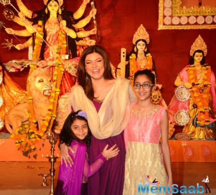 Sushmita Sen and her daughters Renee and Alisah seek blessings from Maa Durga