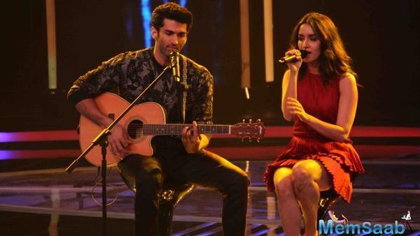 Aditya Roy Kapur and Shraddha Kapoor singing live on a stage