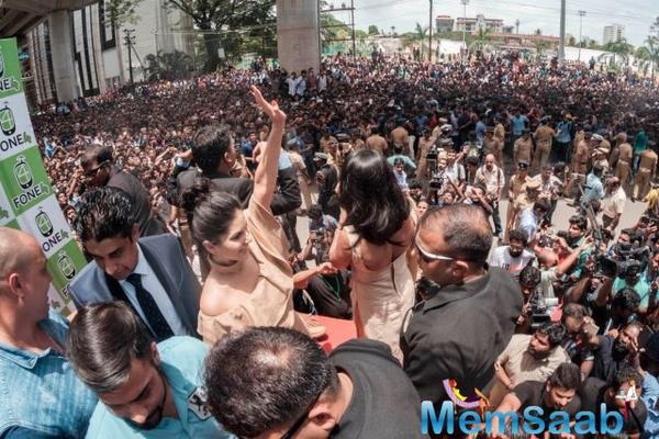 Sunny Leone surrounded by crowd in Kochi: Fans turned up in huge numbers to catch a glimpse of Sunny