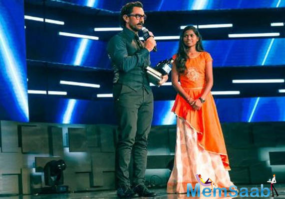 Aamir Khan could not say no when this young girl presented him an award
