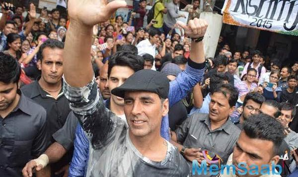 Akshay Kumar mobbed by frenzied fans at event, here's what happened next