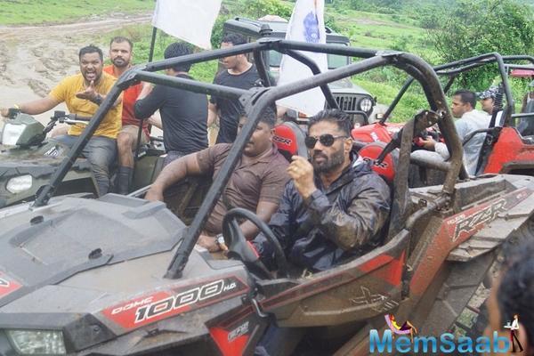 Suniel Shetty Gets Muddy In Mumbai Rains