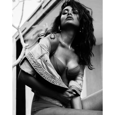 Esha Gupta is raising temperature on the internet with these seductive photos! The actress, who is a pro at carrying off any outfit with grace and elan, is back with yet another hot photoshoot.