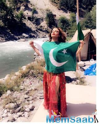 Rakhi Sawant poses with Pakistan flag: find out the reason behind it