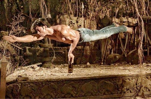 Vidyut Jammwal's balancing act sends fans into a tizzy