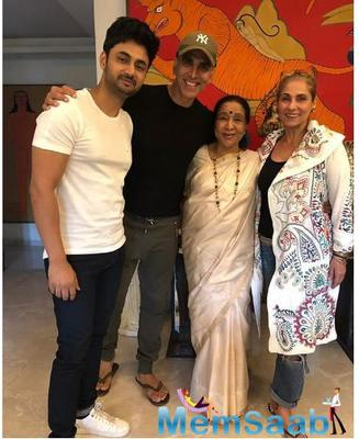 Akshay is doing his Sunday right by spending time with none other than the legendary singer Asha Bhosle and bonding over