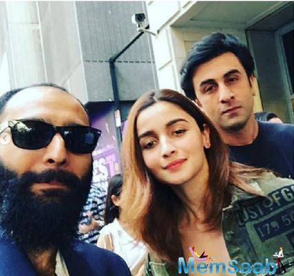 Ranbir Kapoor and Alia Bhatt oblige a fan with a selfie in New York