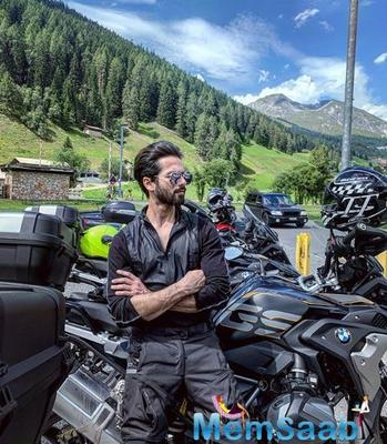 Shahid Kapoor looks dapper in an all-black attire in his latest Instagram post!