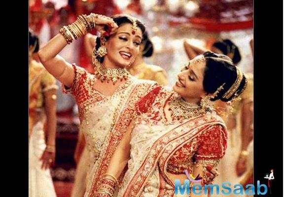 'Dola Re Dola' was choreographed by Saroj Khan and was set against the backdrop of Durga Puja celebrations.