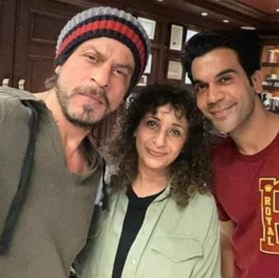 SRK posing with Rajkummar along with a lady in the frame