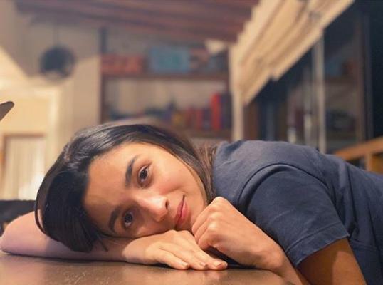 Alia Bhatt strikes a charming pose as Sister Shaheen Bhatt captures her