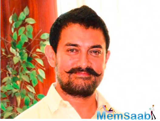 Did Aamir Khan distribute money with wheat flour packets in Delhi?