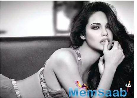 Esha Gupta looks absolutely stunning in monochrome pic