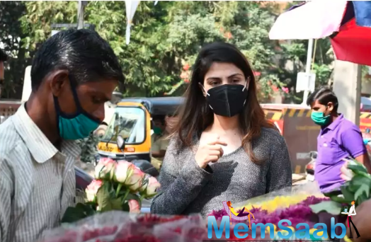 Rhea Chakraborty spotted buying flowers ahead of Sushant Singh Rajput's birth anniversary - see pics