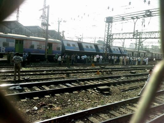 Local Train Derailed Near Byculla - Mumbai Commuters Affected
