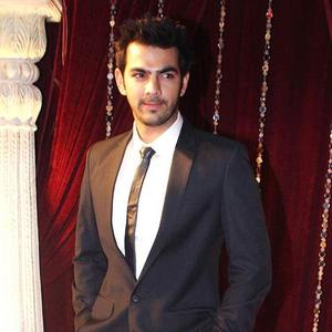 Karan Looked Dashing In Suit Posed For Camera At The Zee Risthey Awards