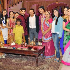 Aamir With Television Stars On The Sets Of Yeh Rishta Kya Kehlata Hai