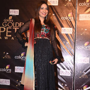 Pooja Looking Hot In Ablack Gown At The Colors Golden Petal Awards 2012